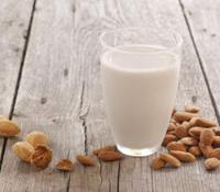 Amandelmelk is een plantaardig alternatief voor koemelk